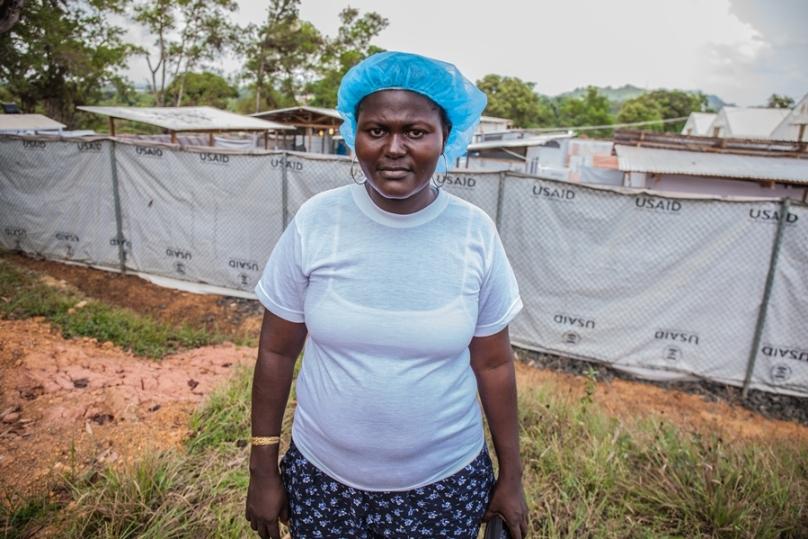 Fatee Sheriff foran ebolasenteret hvor hun jobber. Foto: Reinier van Oorsouw - Beyond Borders Media.